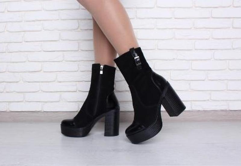 Замшевые черные женские демисезоные ботинки ботильоны с лаковы...