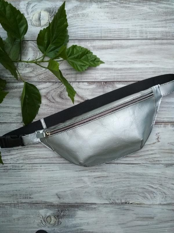 Серебристая сумка бананка из натуральной кожи