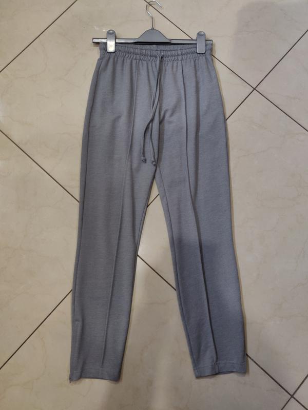 Серые брюки под спорт на резинке с замочками снизу и шнурком