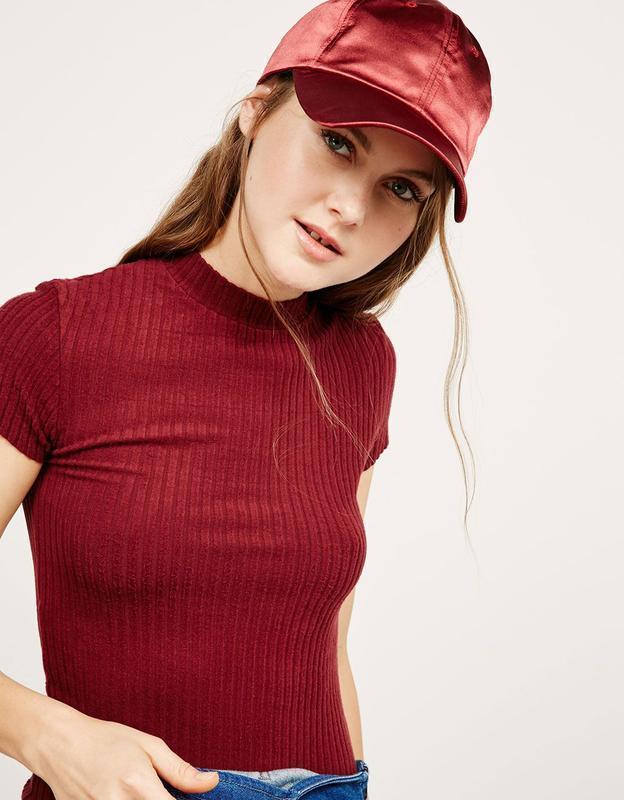 Крутая базовая футболка топ в рубчик цвета марсала бордо бургу...