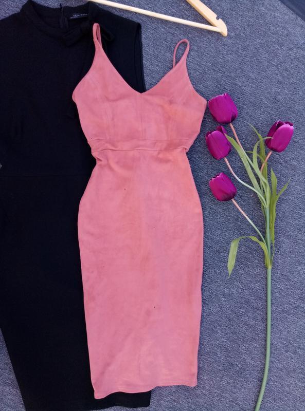 Стильное платье под замш по фигуре в пудровом  цвете раз. xs-s