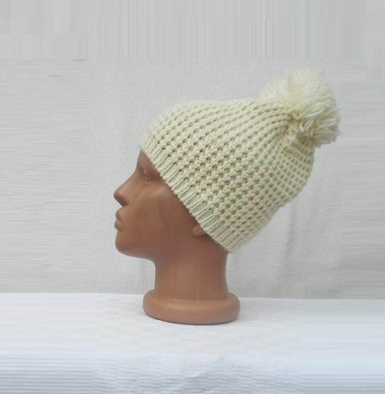 Осенняя вязаная шапка с помпоном с бубоном