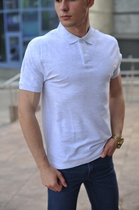 Светло-серая мужская футболка поло