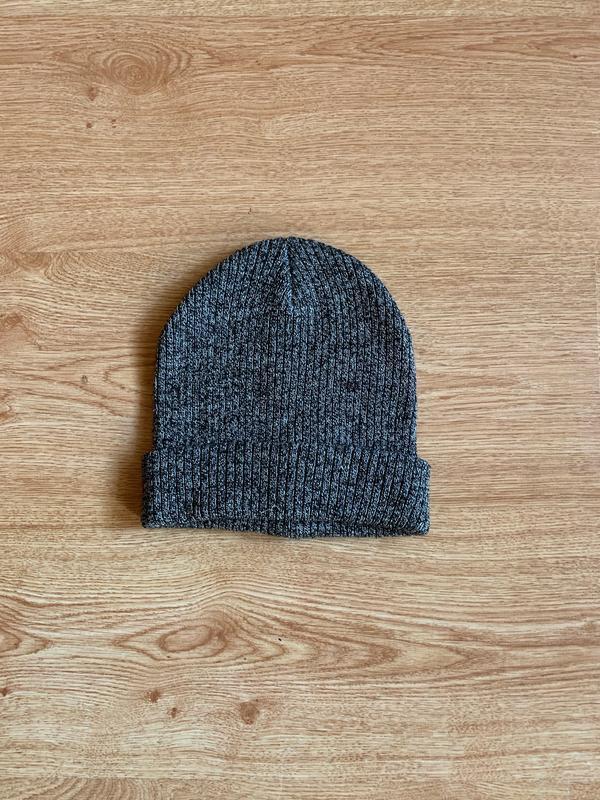 Серая модная шапка в помехи