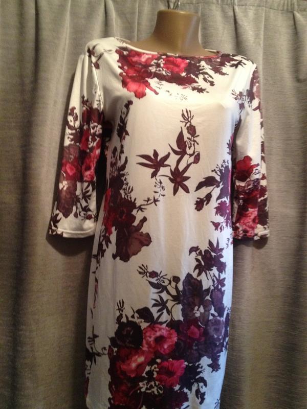 Оригинальное платье с цветочным принтом.193