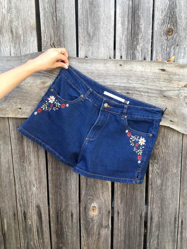 Джинсковые шорты с вышивкой