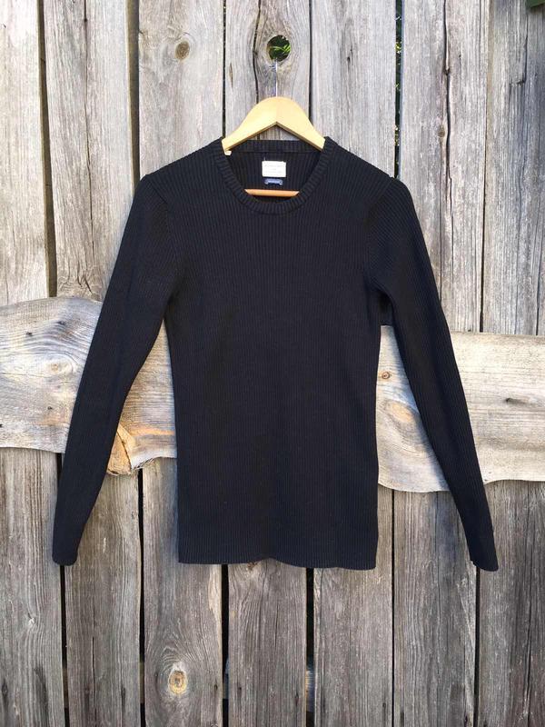 Черный пуловер гольф в рубчик