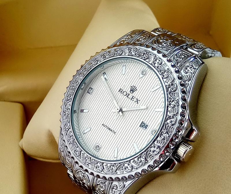Кварцевые наручные часы  с гравировкой на металлическом брасле...