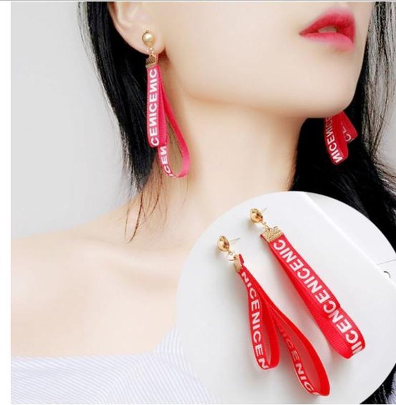 Длинные серьги ленточки с надписью красного цвета