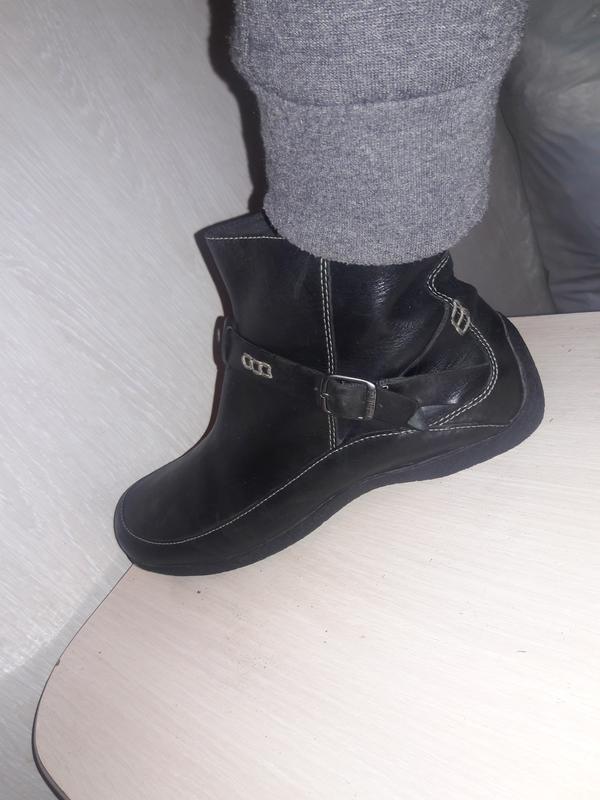 Фирменные ботинки.