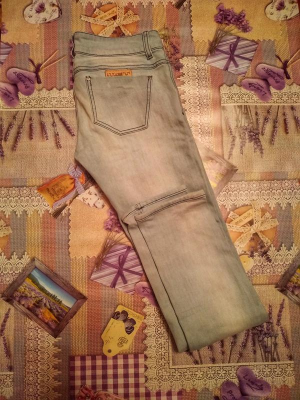 Крутые джинсы голубого цвета потертые