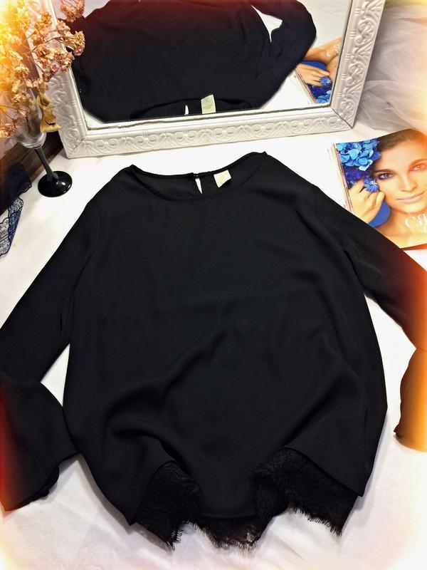 Чорна блуза з кружевом по низу