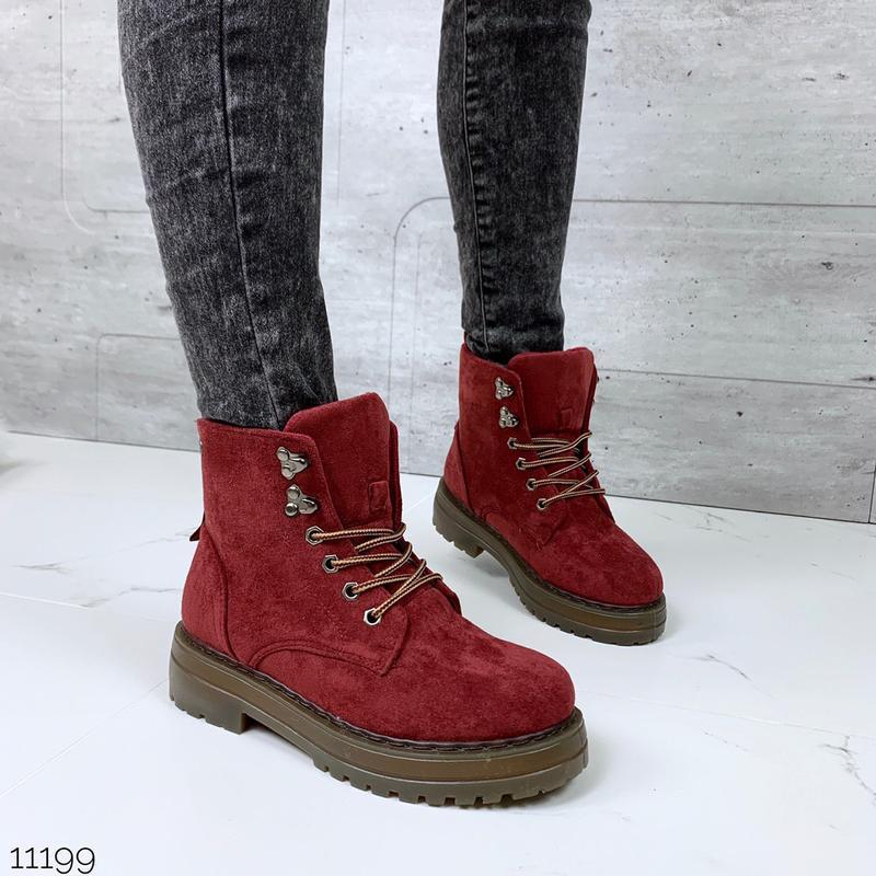 Стильные зимние ботинки красного цвета