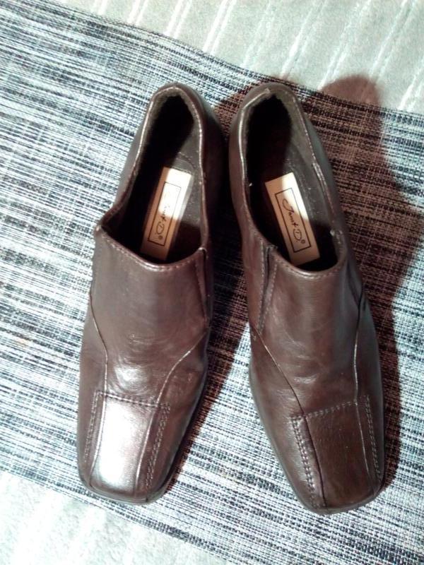 Коричневые туфли.