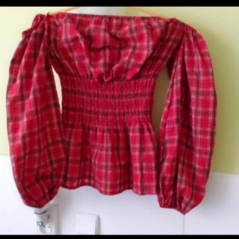Рубашка в клетку с открытыми плечами и объёмными рукавами от p...