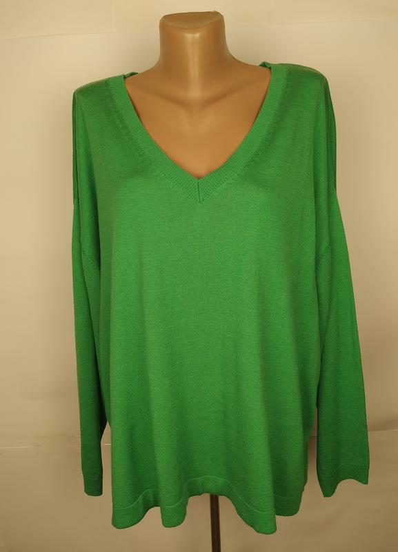 Джемпер трикотажный мягкий зеленый стильный с v-образным вырез...