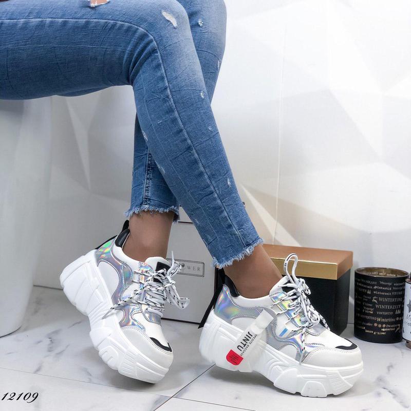 Женские кроссовки на платформе белые