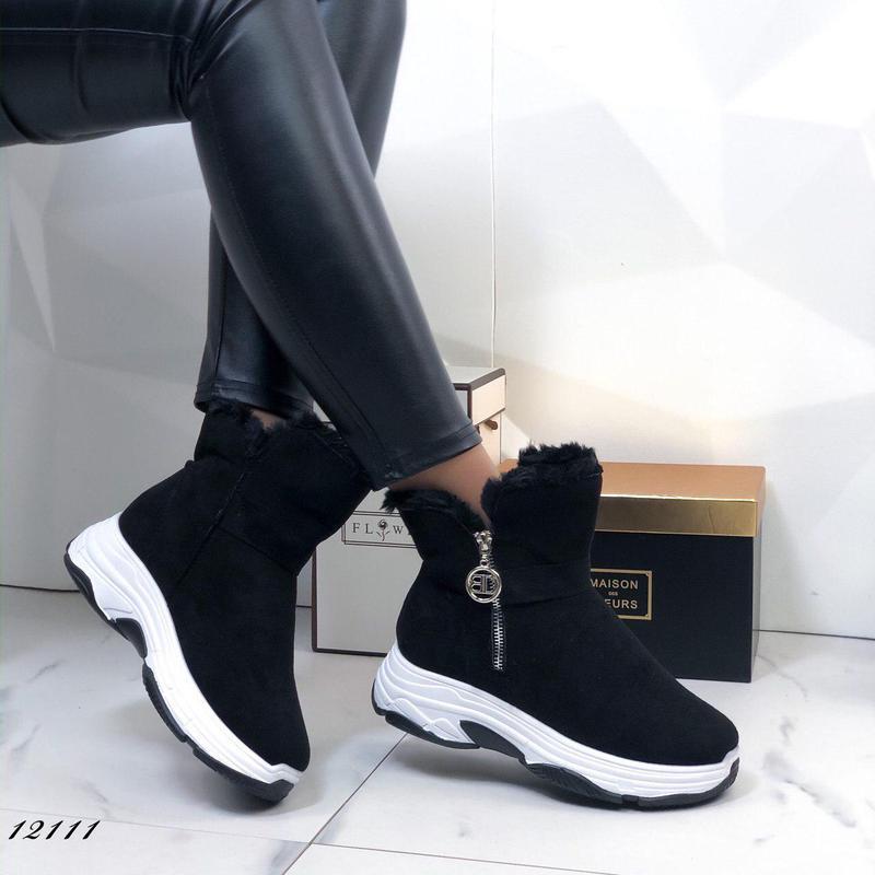 Женские кроссовки из экозамши