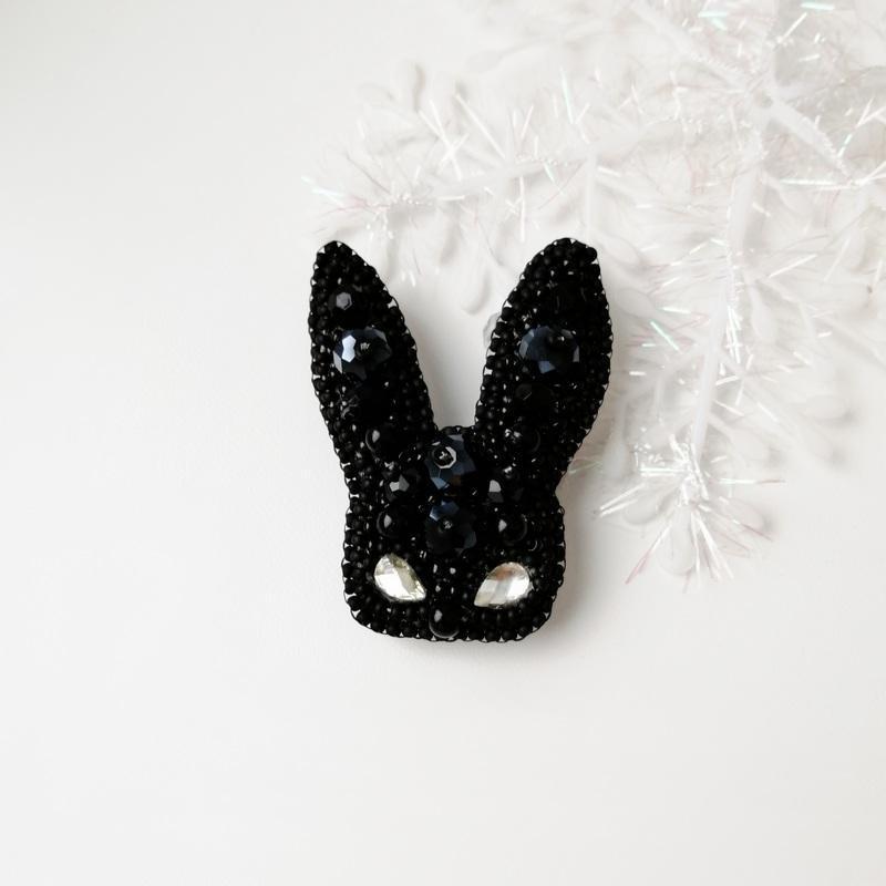 Черная брошь маска зайца