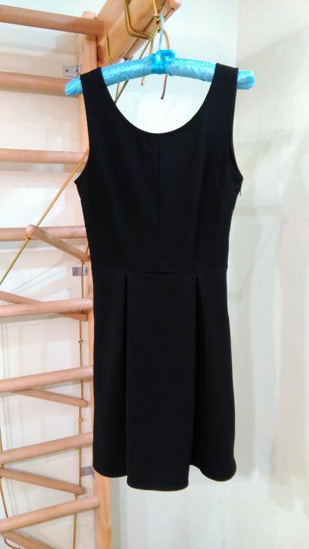 Базовое черное фактурное платье s-м