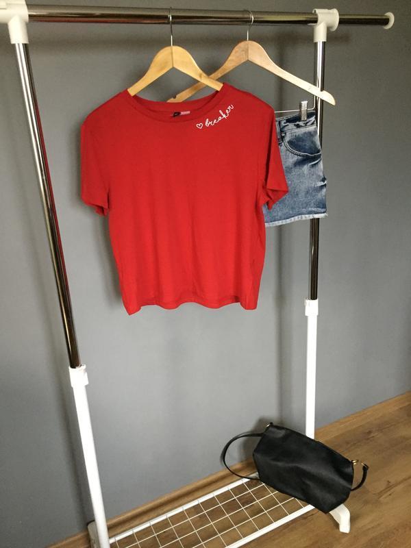 Красная футболка divided
