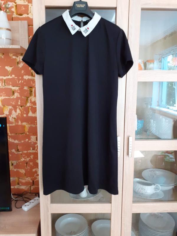 Милое платье с белым воротником и вышивкой большого размера