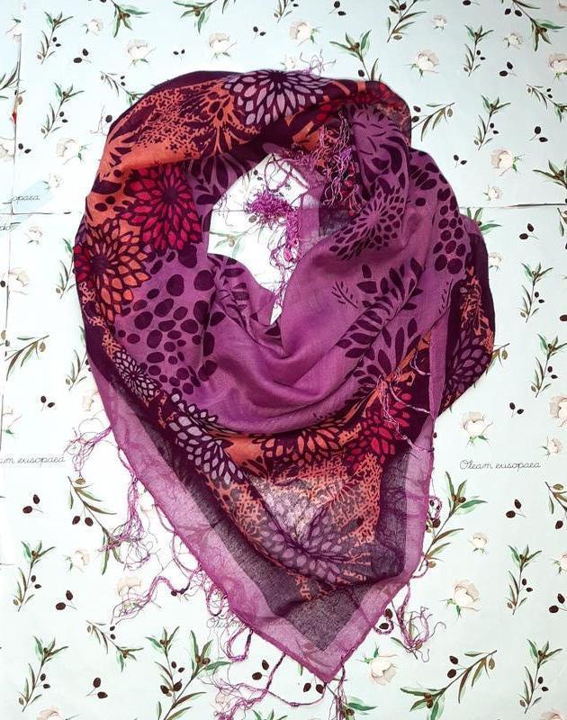 Стильный легкий фиолетовый платок с цветочным принтом