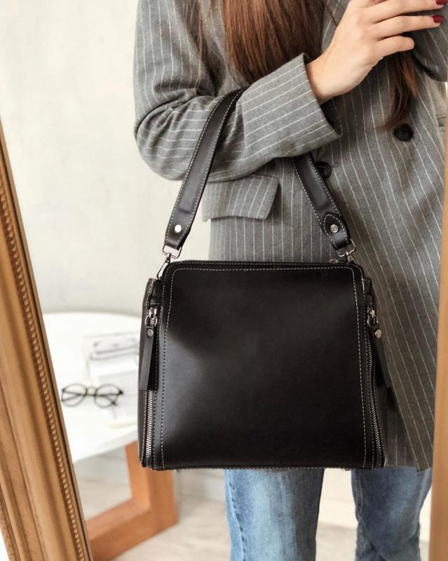 Черная сумка на широком ремешке