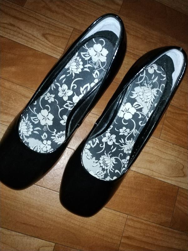 Лаковые туфли на широком удобном каблуке