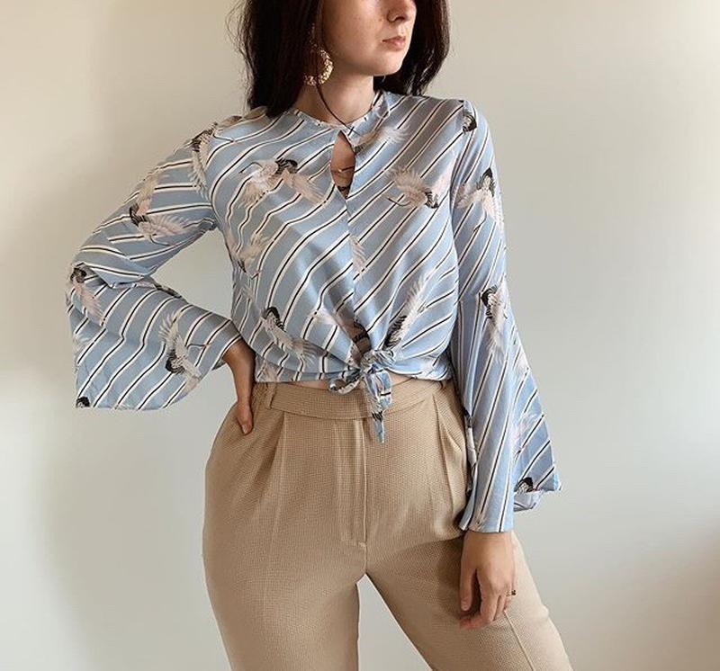 Ніжна блуза з розширеними рукавами