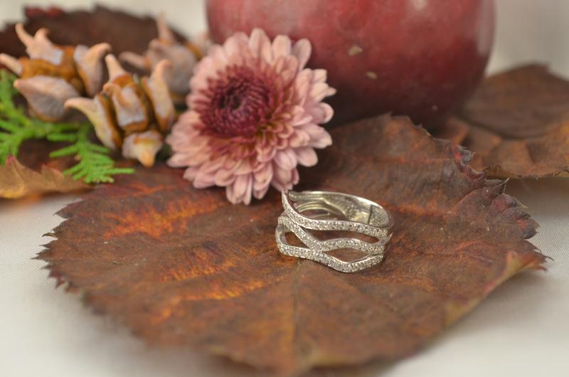 Женское кольцо из серебра с фианиатми