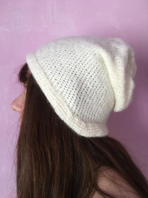 Белая вязаная шапка тёплая на осень ручная работа