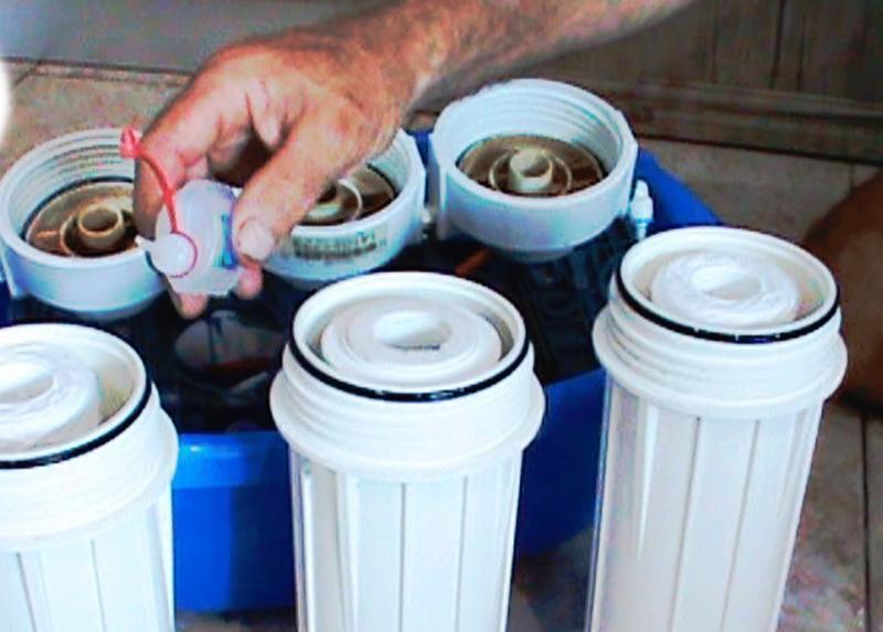 Замена фильтров для воды. Замена картриджей в фильтре для воды.