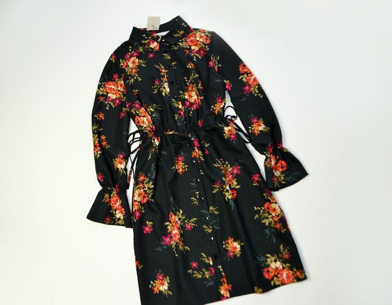 Черное платье с длинным рукавом в цветы