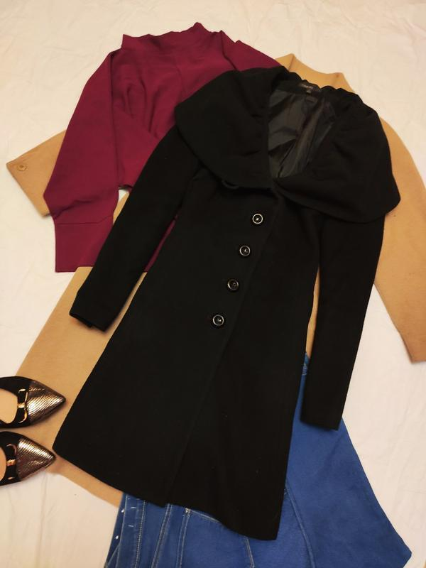 Пальто чёрное приталенное на пуговицах на подкладке с карманам...