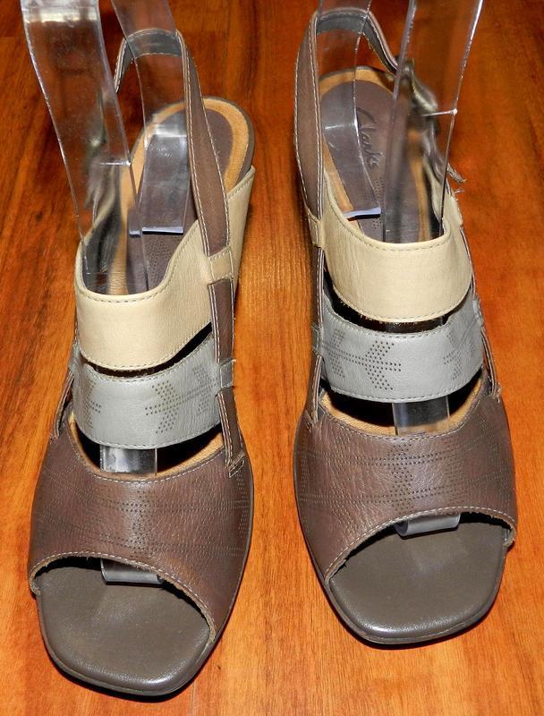 Clarks! шикарные, стильные, кожаные открытые туфли на устойчив...