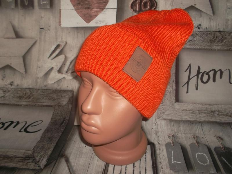 Мужская оранжевая шапка
