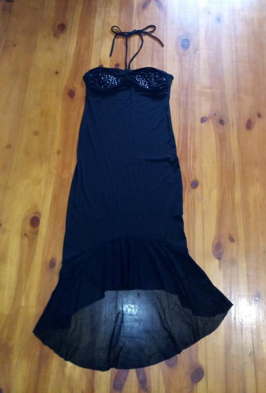 Черное платье в обтяжку с камнями