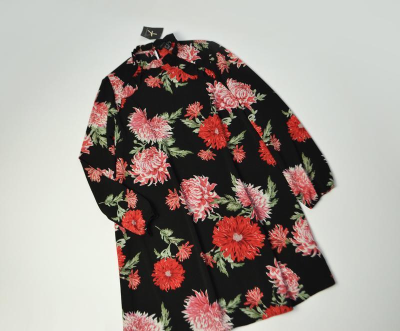 Красивое свободное платье в цветы миди с длинным рукавом