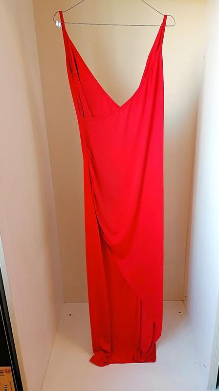 Асимметричное красное макси платье в пол с разрезом на тонких ...