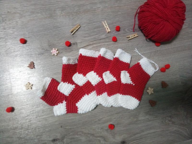Новорічні шкарпетки на ялинку