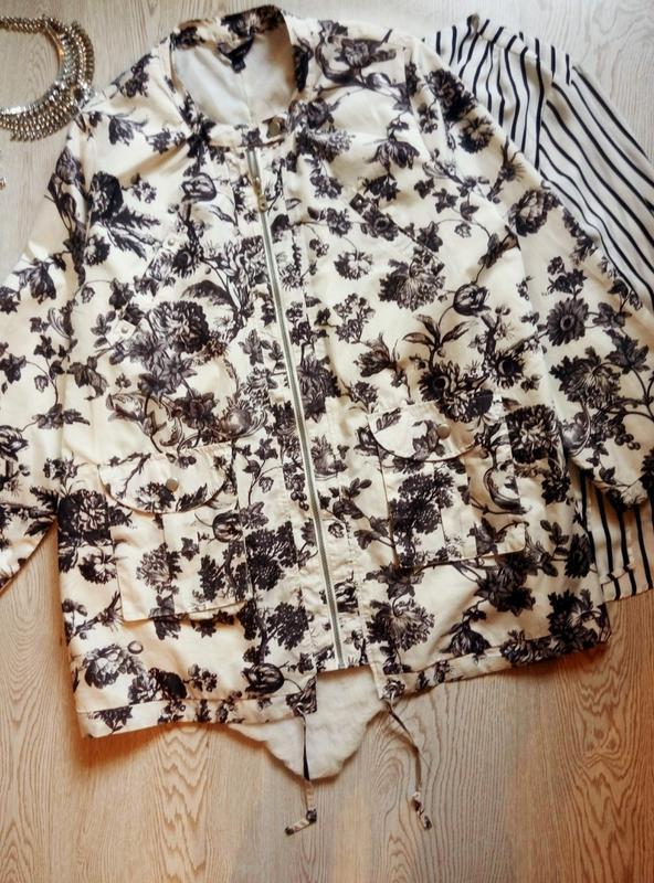 Белая куртка легкая ветровка парка черным цветочным принтом ри...
