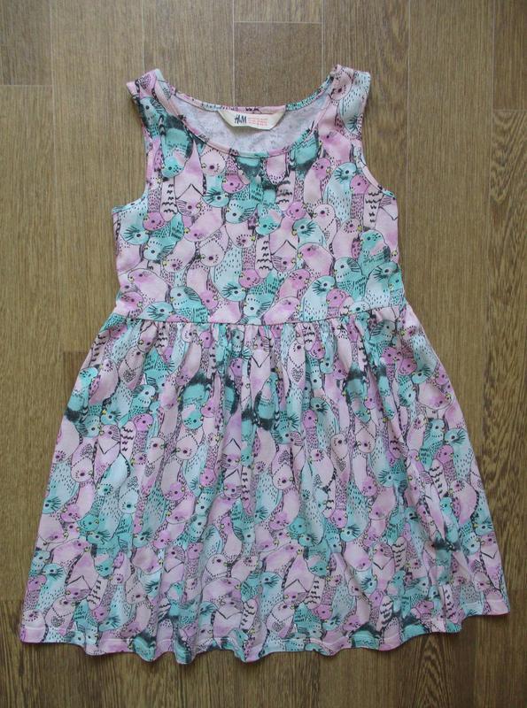 Трикотажное платье в попугайчиках