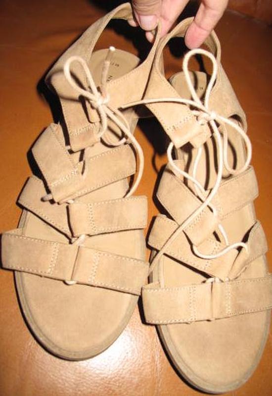 Бежеві босоніжки new look р39 на завязку еко замша