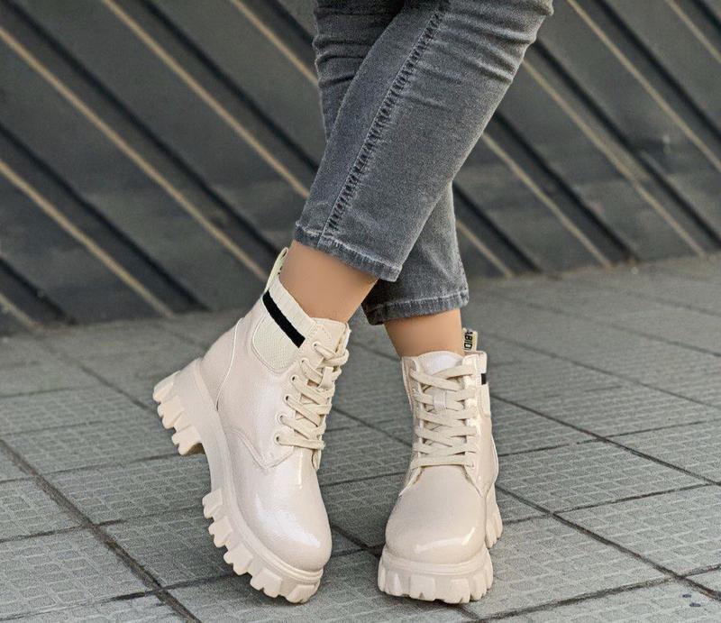 Новые шикарные женские зимние лаковые бежевые  ботинки