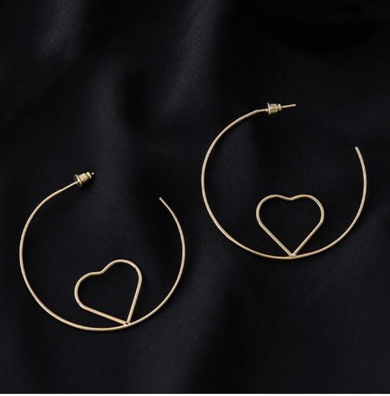 Серьги кольца золотистого цвета с сердечком