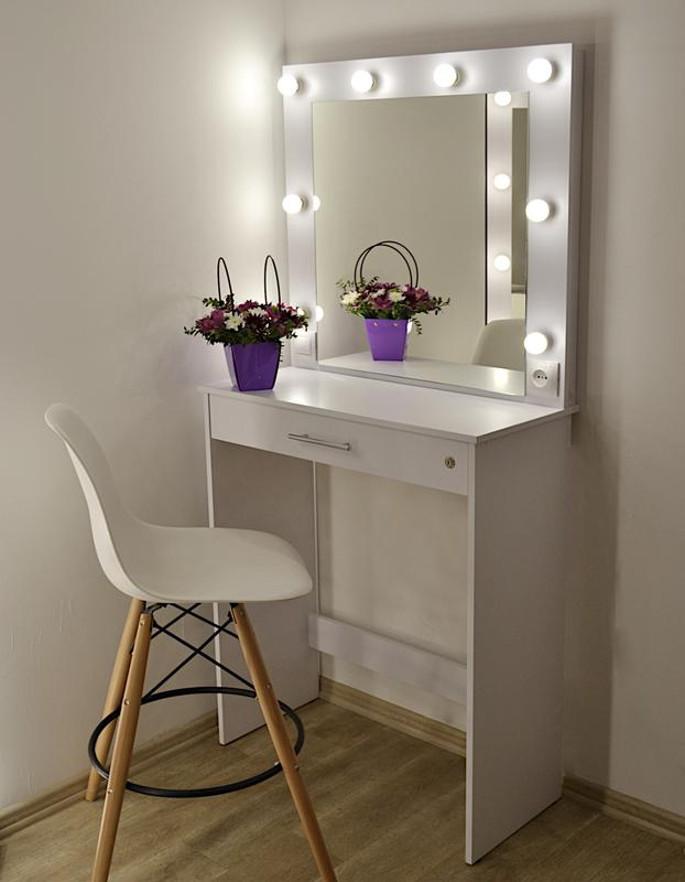 Макияжный стол рабочее место визажиста зеркало трюмо в салон