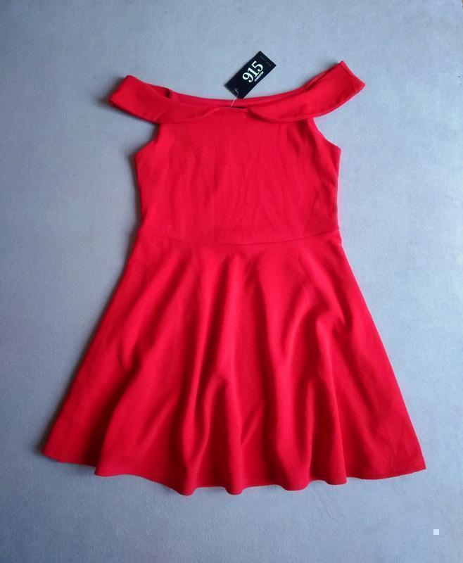Нарядное фактурное платье с приспущенными плечами