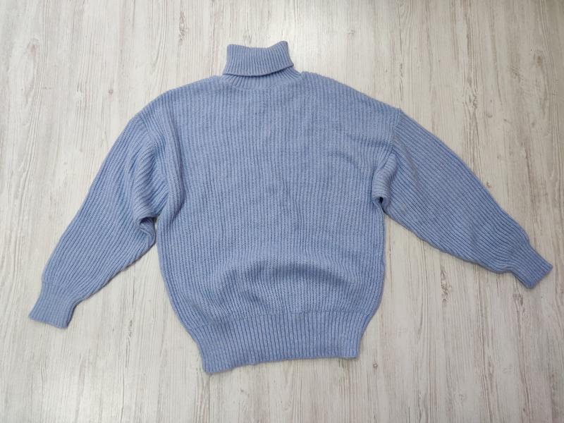 Голубой вязаный свитер оверсайз