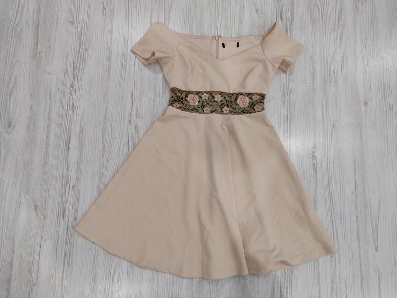 Неженое пудровое мини платье  с вставкой на талии и открытыми ...